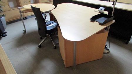 schreibtisch mit integriertem ansatztisch pc halterung. Black Bedroom Furniture Sets. Home Design Ideas